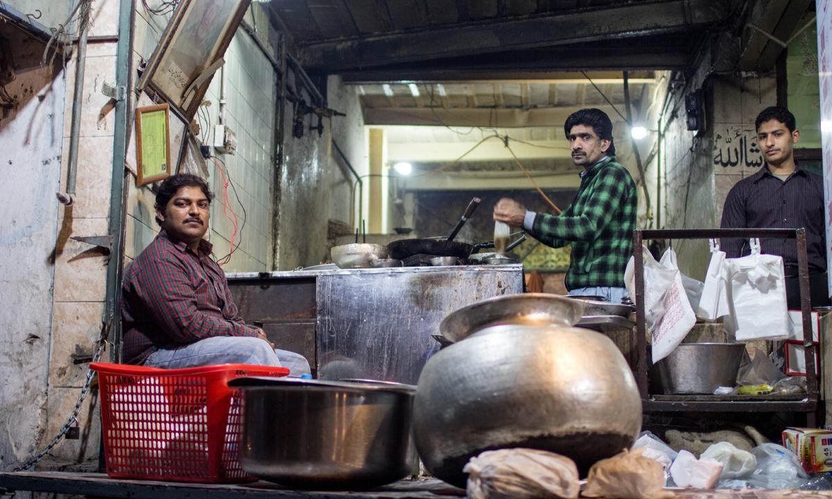 گوالمنڈی کی ایک دکان میں ہریسہ تیار کیا جارہا ہے— فوٹو محمد عمر