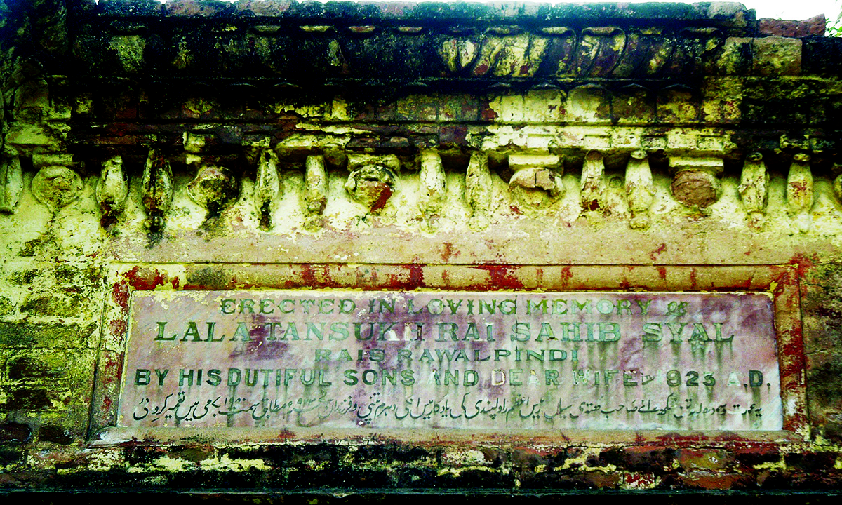 The marble plaque at the Dharmshala-cum-temple in the cremation ground. According to the plaque, the building was built in 1923 by the wife and sons of Lala Tansukh Rai.— Photo by author