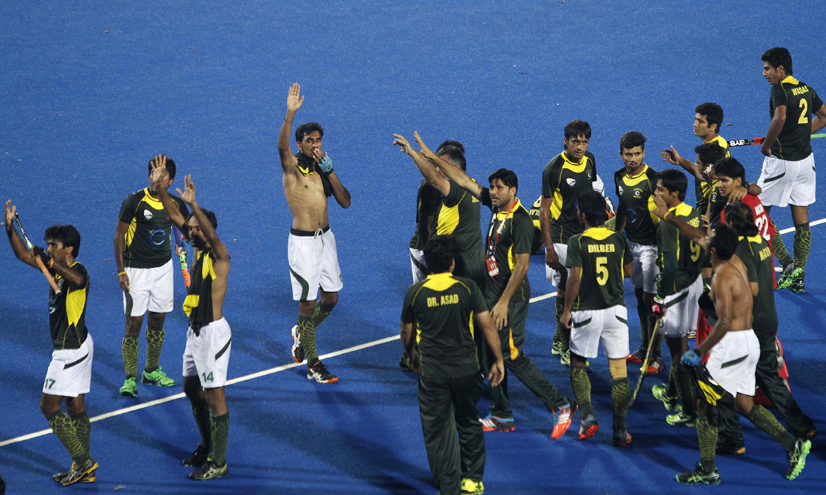 814e61c6b3d Pakistani players greet the crowd after their victory over India in the  Champions Trophy field hockey