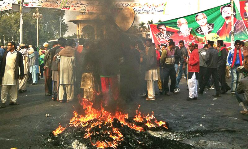لاہور کی جان مال روڈ پر تحریک انصاف کے کارکنان کی طرف سے ٹائر جلائے گئے۔ جس کی وجہ سے ماحول بدبو دار ہوگیا۔
