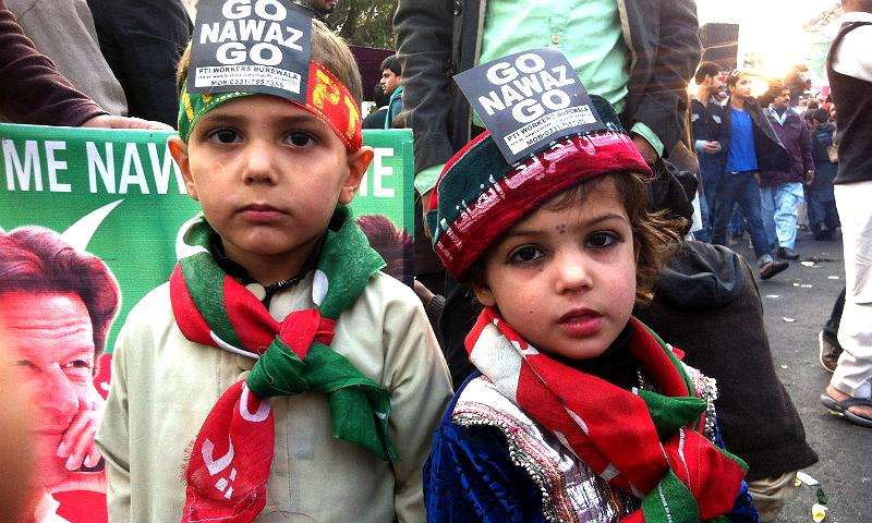 بچے تو غیر سیاسی ہوتے ہیں۔ مگر تحریک انصاف کے دھرنوں میں بچے اپنے والدین کی سیاسی وابستگی کا اظہار کرنے کے لئے شرکت کرتے ہیں۔