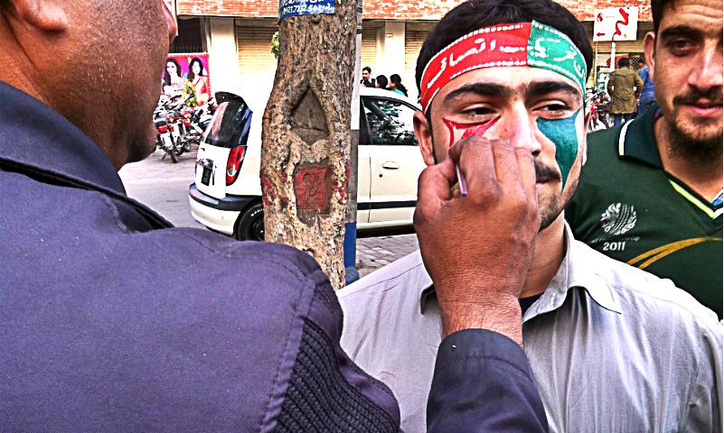 جلسے میں شریک کارکنان نے 20 روپے کے عوض اپنے چہرے پر تحریک انصاف کا جھنڈا بھی بنوایا۔