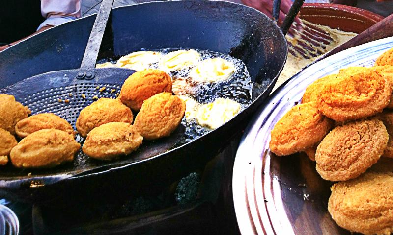 کارکنان کے لئے تازہ تازہ لڈو پیٹھیاں دستیاب تھیں۔ جس کی ایک پلیٹ کی قیمت اس قیمتی دور میں بھی صرف 40 روپے تھی۔