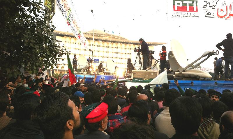 جیو نیوز کی اینکر ثنا مرزا سیٹلائٹ وین سے لائیو رپورٹنگ کر رہی ہیں اور تحریک انصاف کے کارکنان مختلف طریقوں سے بد تمیزی کر رہے ہیں۔