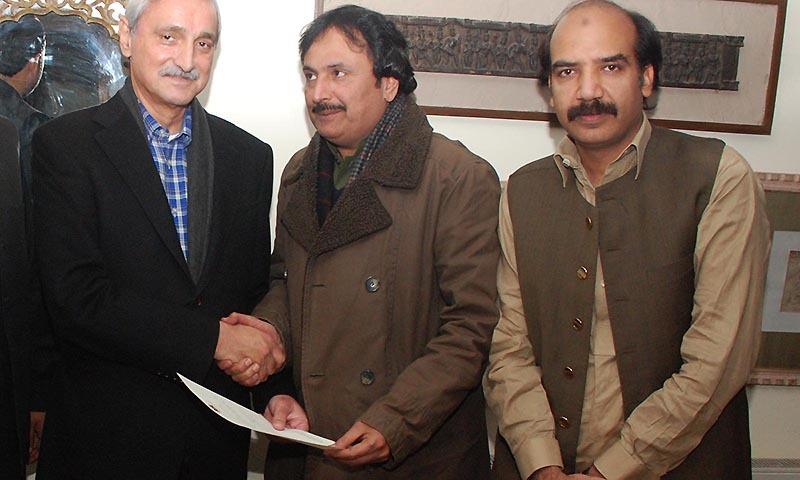 General Secretary PTI Jehangir Khan Tareen giving handing over a notification to Ijaz Khan Jazi taking charge as PTI president Rawalpindi Dist. — INP