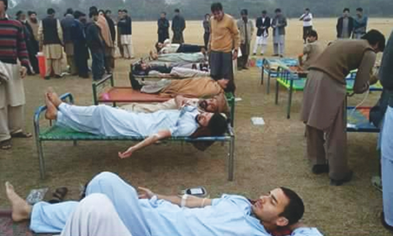 PESHAWAR: People donate blood for the victims of  the terrorist attack on the Army Public School here.—INP