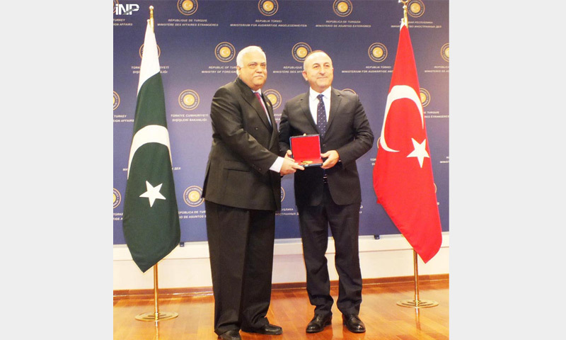 ANKARA: Turkish Foreign Minister Mevlut Cavusoglu (right) presents the award to  Haroon Shaukat, the outgoing Pakistan Ambassador, at a farewell ceremony on Friday.—INP