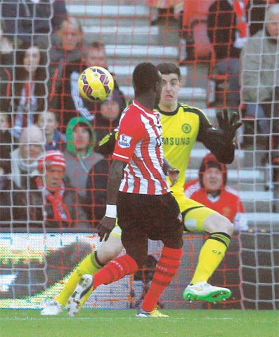 SOUTHAMPTON: Sadio Mane of Southampton shoots to score past Chelsea goalkeeper Thibaut Courtois during their English Premier League match at St Mary's on Sunday.—Reuters