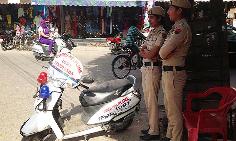 لدھیانہ کی دو خواتین پولیس اہلکار اپنی وومین ہیلپ لائن اسکوٹی کے ساتھ — فوٹو طاہر مہدی