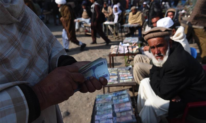 افغانستان میں بحران سنگین ہورہا ہے کیونکہ معیشت میں سرمائے کی فراہمی رُک گئی ہے—اے ایف پی