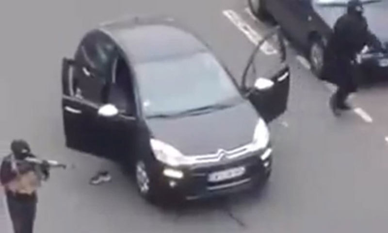 ایک حملہ آور  گاڑی سے اتر کر فائرنگ کر رہا ہے— ویڈیو سکرین گریب