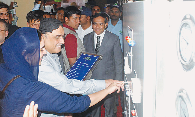PPP co-chairman Asif Ali Zardari along with his daughter Bakhtawar inaugurates what was described as Asia's biggest solar RO plant in Mithi on Wednesday.—INP
