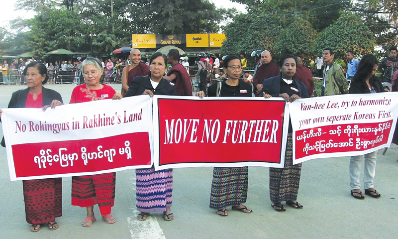 Sittwe (Myanmar): Demonstrators hold banners before the arrival of a UN official on Thursday.—AFP