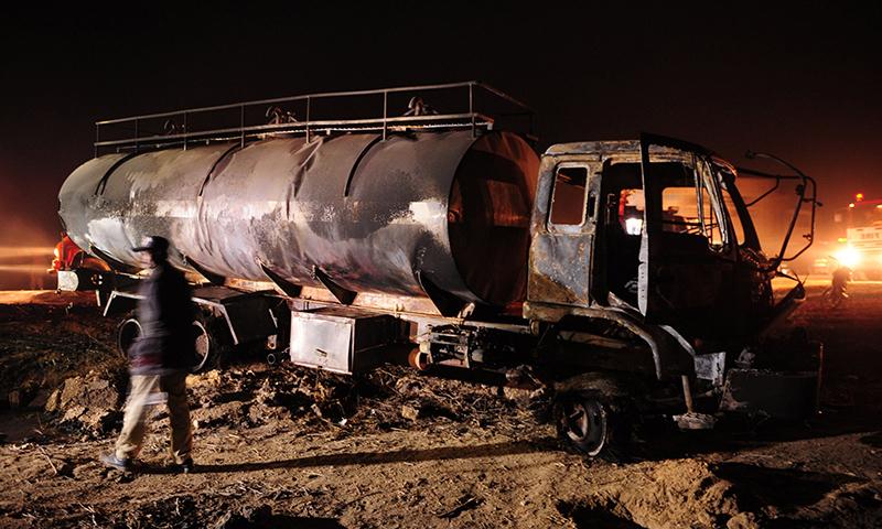 حادثے میں تباہ ہونے والا آئل ٹینکر ۔ ۔ ۔ فوٹو : اے ایف پی
