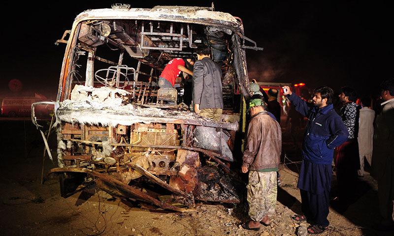 حادثے میں بس مکمل طور پر جل گئی ۔۔۔ فوٹو : اے ایف پی