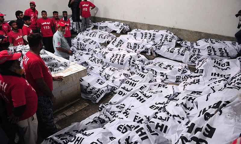 لاشوں کا جناح اسپتال منتقل کیا گیا ۔ ۔ ۔  فوٹو : اے ایف پی