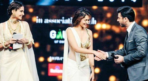 Fawad receiving the award from Sonam Kapoor and Jhataleka Malhotra.— Photo Courtesy: Twitter