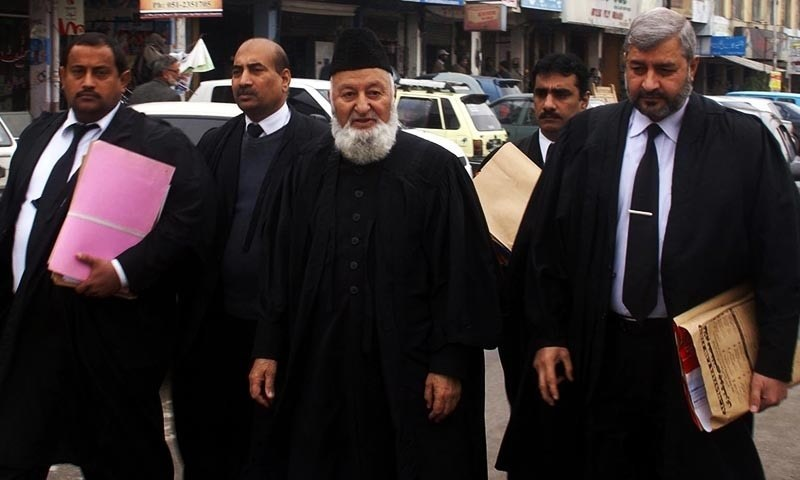 Counsel of Mumtaz Qadri Mian Nazir Akhtar arrives for the hearing of Salman Taseer's murder case at IHC. — INP/File