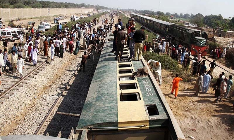 Rescue workers, Rangers troops and Railway workers trying to rescue passengers from derailed and overturned bogies of Shalimar express near Jakhra railway phatak, which was going to Karachi from Lahore. — Online