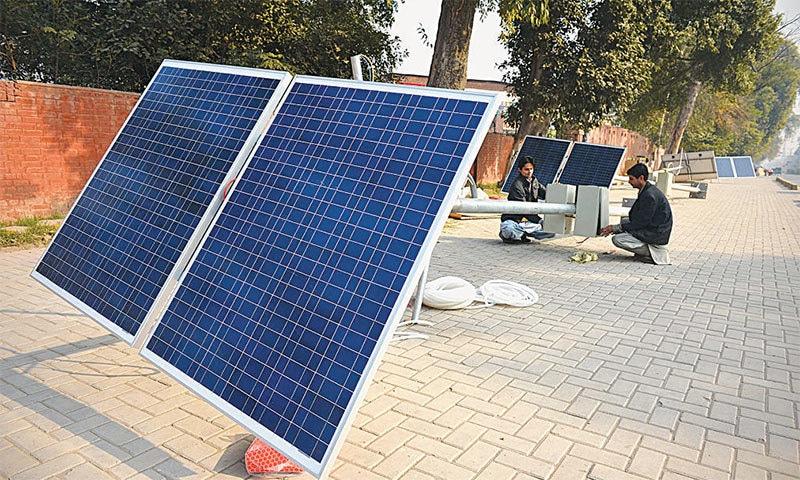 پشاور کینٹ میں نصب سولر پاور اسٹریٹ لائٹس — وائٹ اسٹار فوٹو