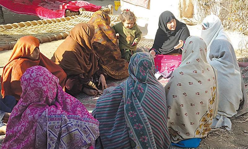 جرگے میں شریک خواتین — فوٹو سحر بلوچ