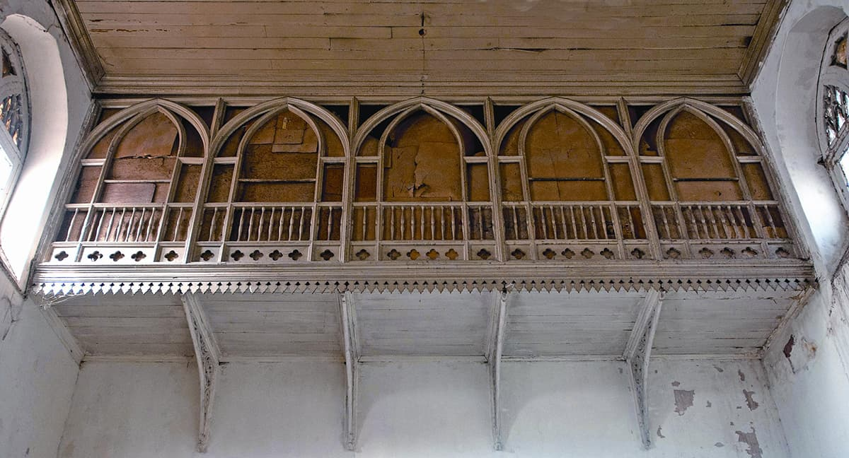 Balconies made out of walnut wood, in traditional Kashmiri style, overlook the main hall. The upper galleries allowed women a view of the performances in the hall below.