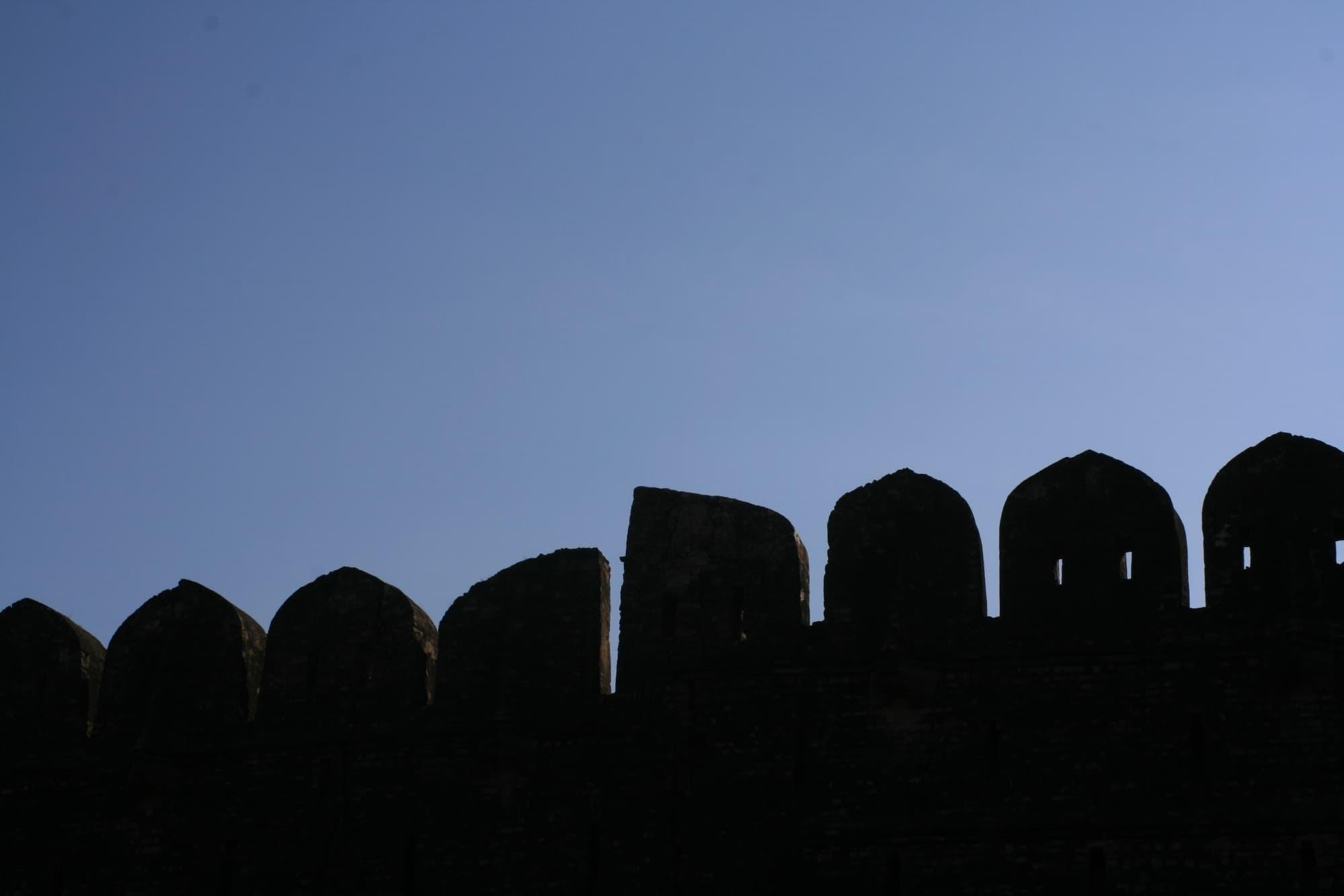 قلعہ کی چار دیواری کا ایک حصہ۔