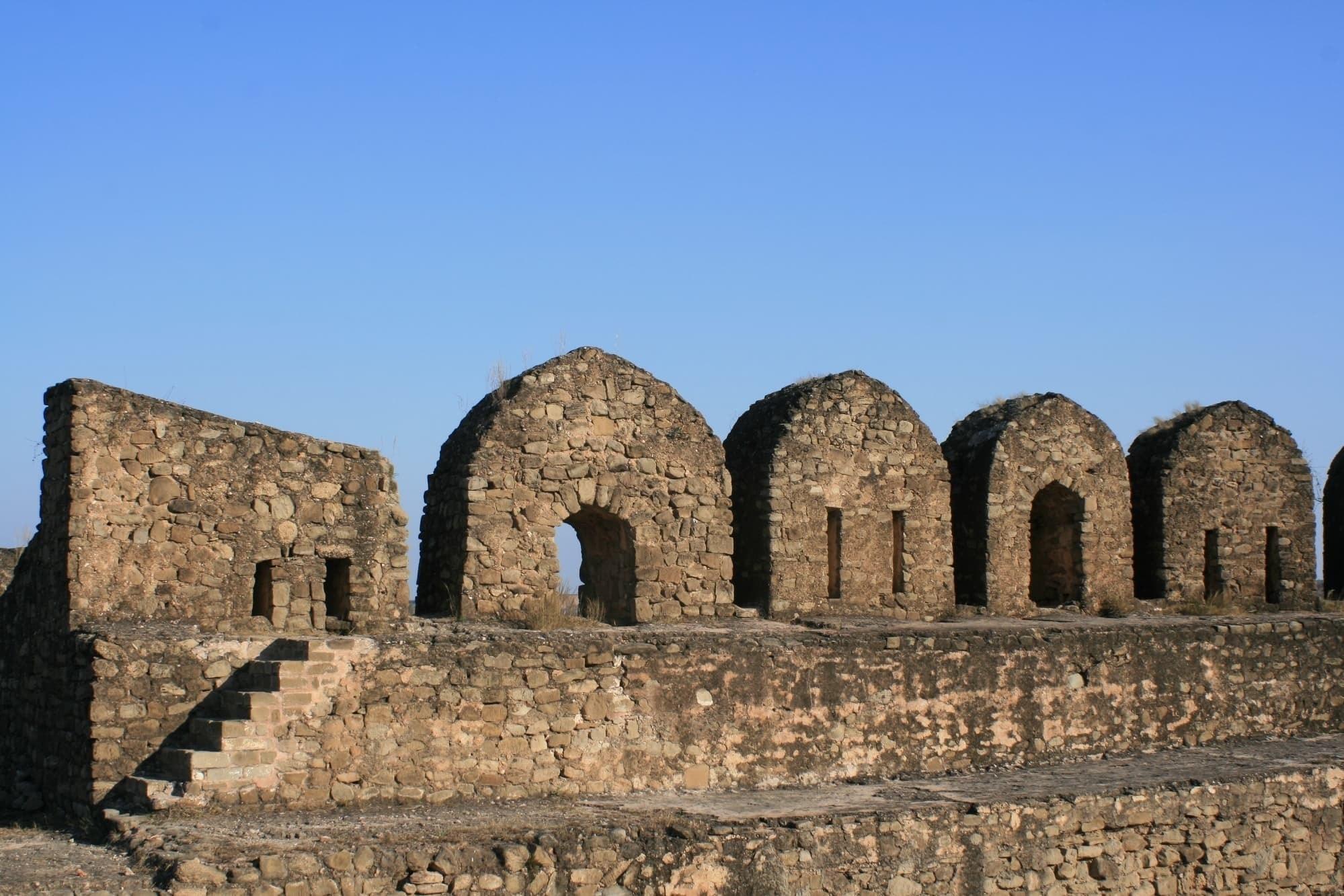 قلعہ کے کُل بارہ دروازے ہیں جن میں سے ایک موری یا کشمیر گیٹ کہلاتا ہے۔