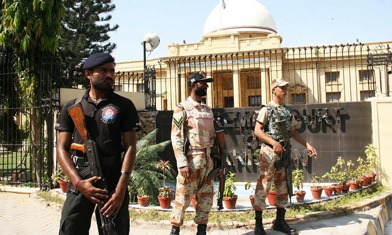 Policemen and Rangers' personnel stand alert outside Supreme Court's Karachi registry. — Online /File