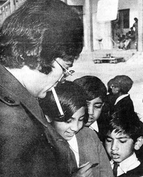 The superstar signing autographs. Photograph courtesy: Super