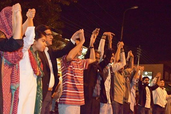 Demonstrators form a human chain at the Swami Narayan Temple in Karachi ─ Photo credit: Muzammil Afzal
