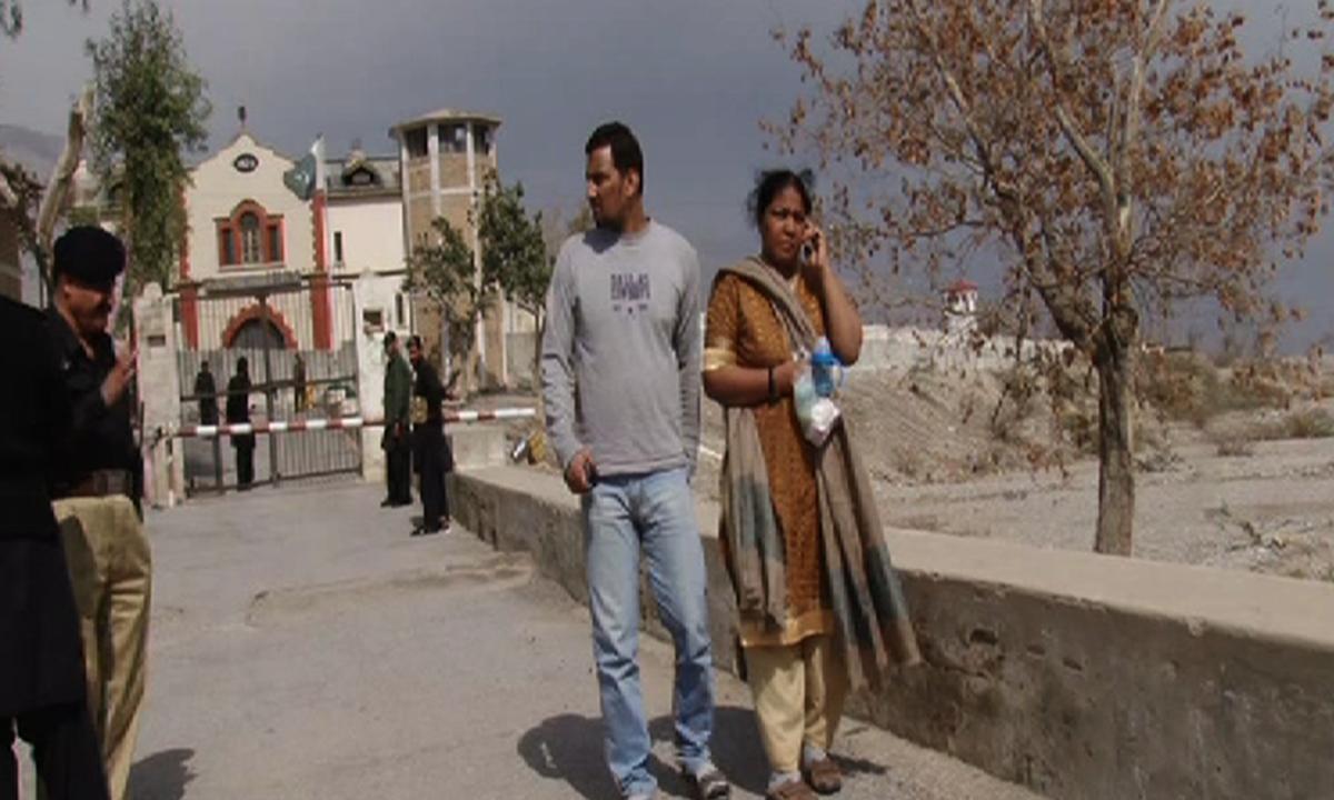 صولت مرزا کی فیملی مچھ جیل کے باہر کھڑی ہے — محمد خان ہمدرد