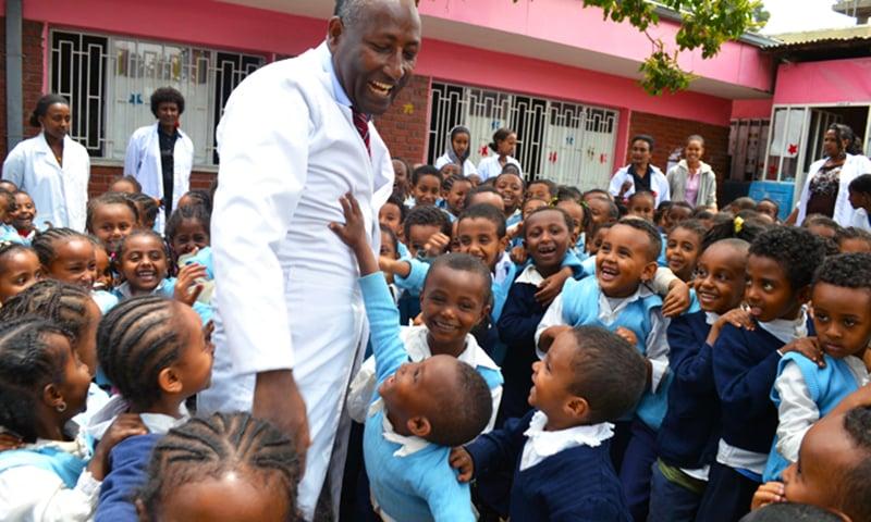 بیلاشوا گرائما ایک اسکول کے وزٹ کے دوران بچوں کے ساتھ قہقہے لگا رہے ہیں۔ —. فوٹو بشکریہ لافٹر جنریٹ فار آل