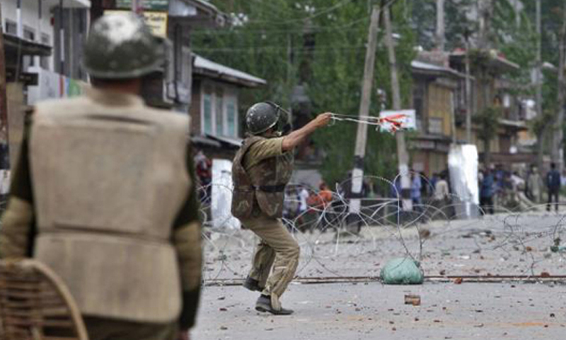 Standoff between police and Kashmiri protesters during an anti-election protest in Baramulla district, north of Srinagar May 7, 2014. Photo — Reuters