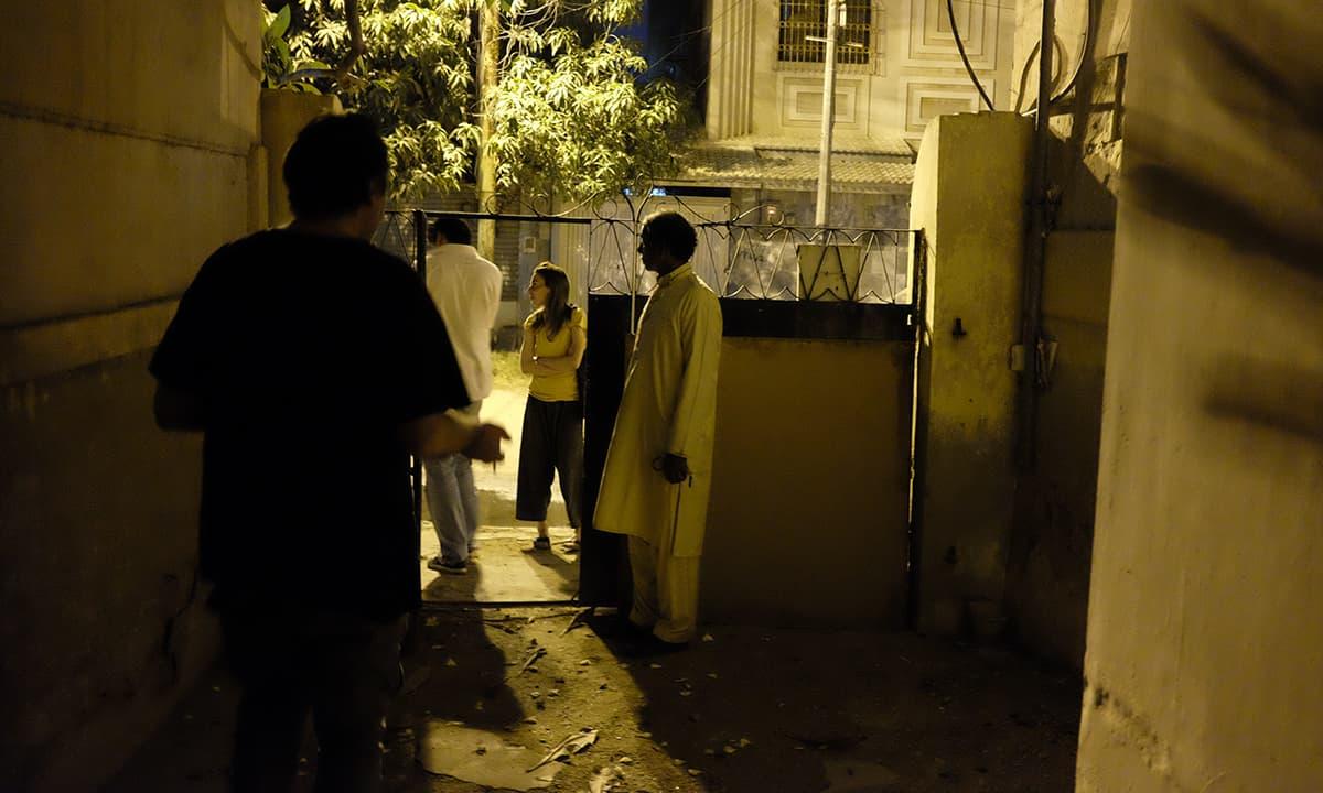 Bidding farewell to Liaquat at Guddu's gate