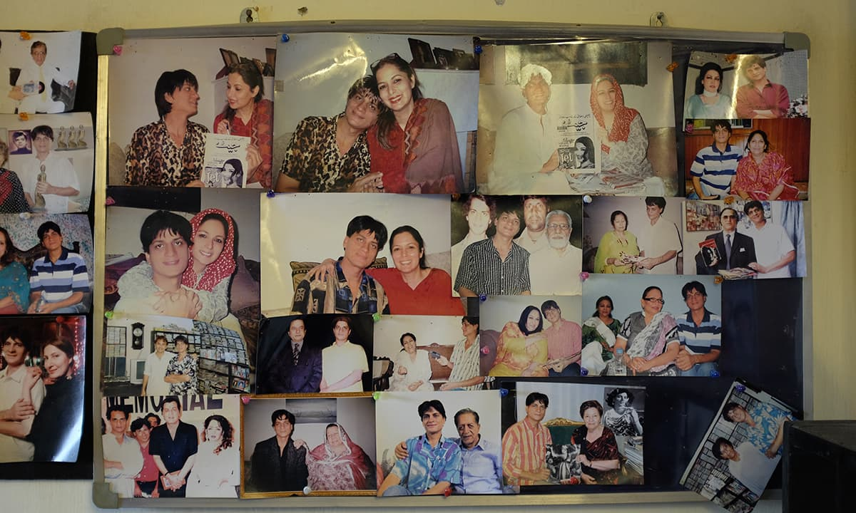 Guddu's photos presenting his collection to various artists