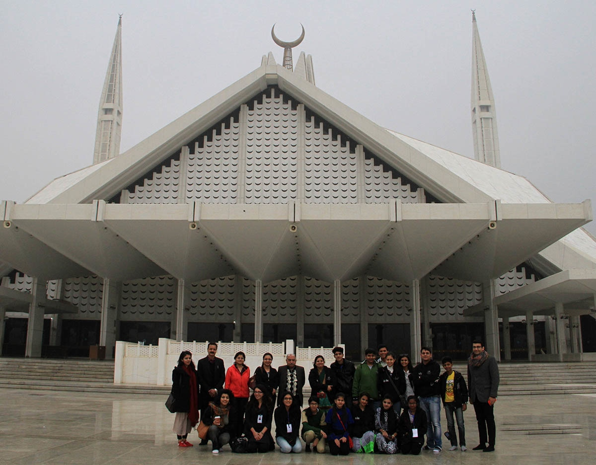 Members of the 2013 2015 Indian delegation at the Faisal Mosque in Islamabad.— The Citizens Archive of Pakistan.