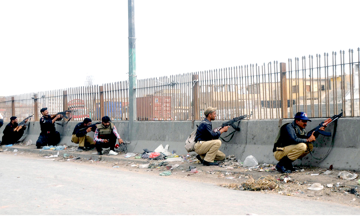 Police prepare for an operation against suspected criminals in Karachi on July 5, 2013 | White Star