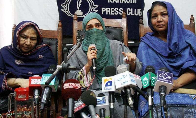 Saulat Mirza's wife Nikhat Mirza (C) and sister (R) at the Karachi Press Club on March 12, 2015. ─ Online