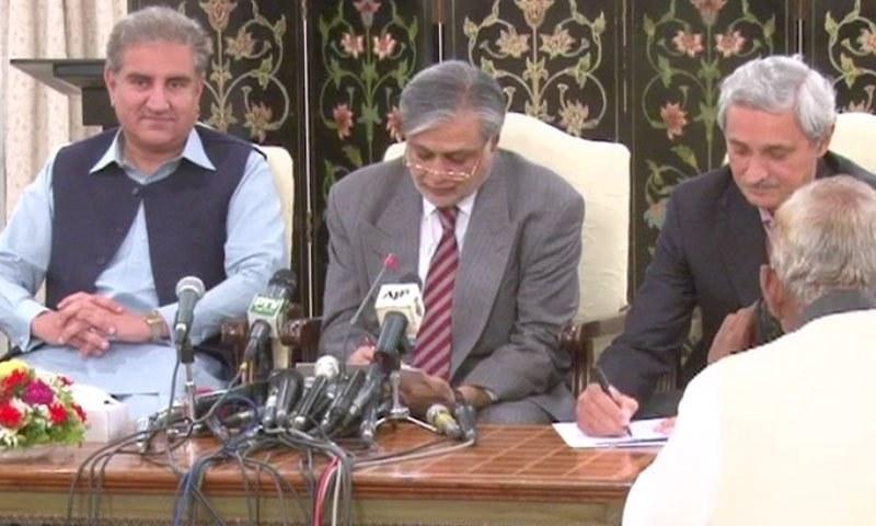 حکومت اور پی ٹی آئی کے درمیان جوڈیشل کمیشن کے معاہدے پر دستخط — ڈان نیوز اسکرین گریب