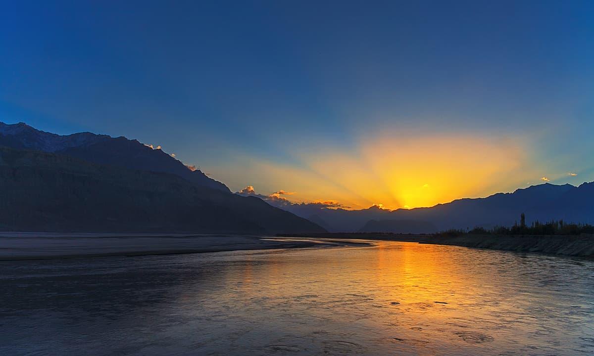 دریائے سندھ پر طلوعِ آفتاب — فوٹو سید مہدی بخاری