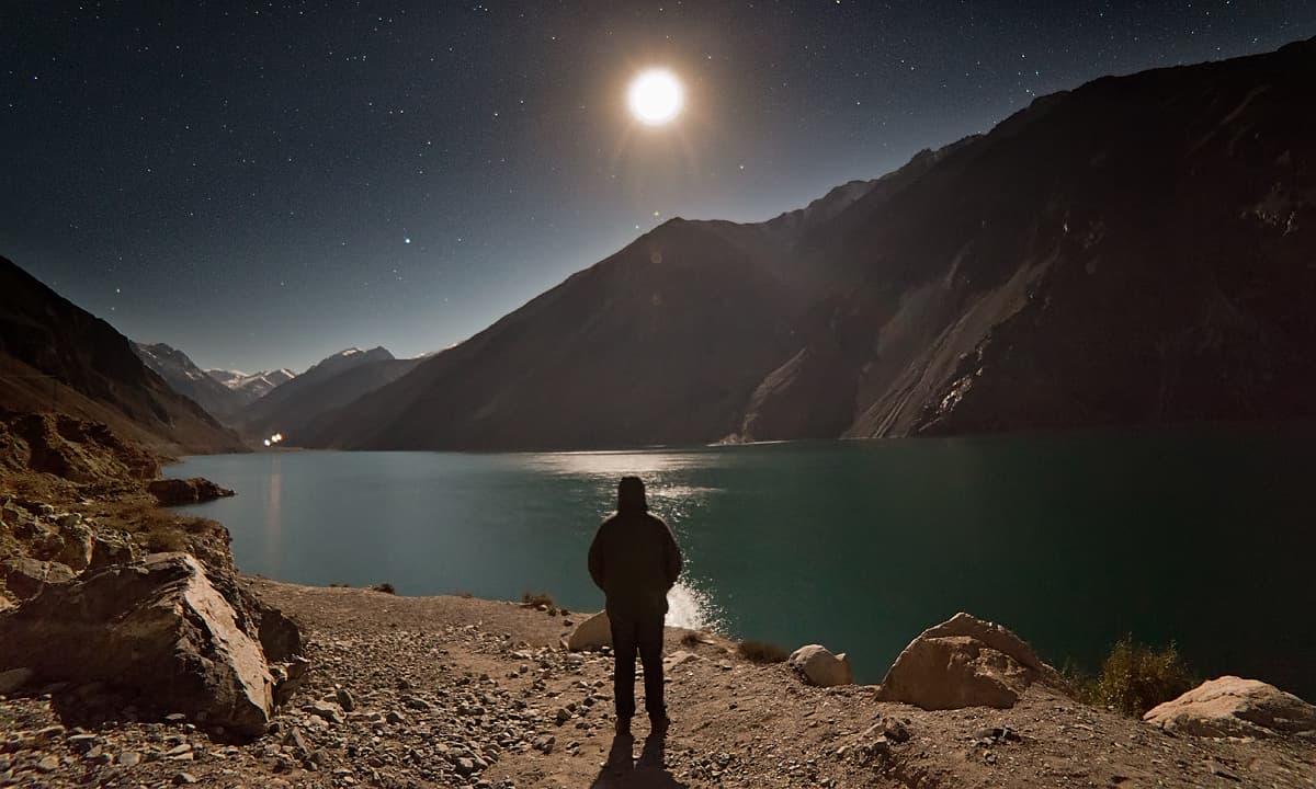 سدپارہ جھیل کے کنارے — فوٹو سید مہدی بخاری