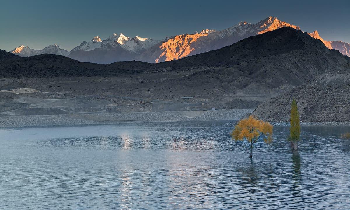 سدپارہ جھیل پر صبح کا منظر — فوٹو سید مہدی بخاری