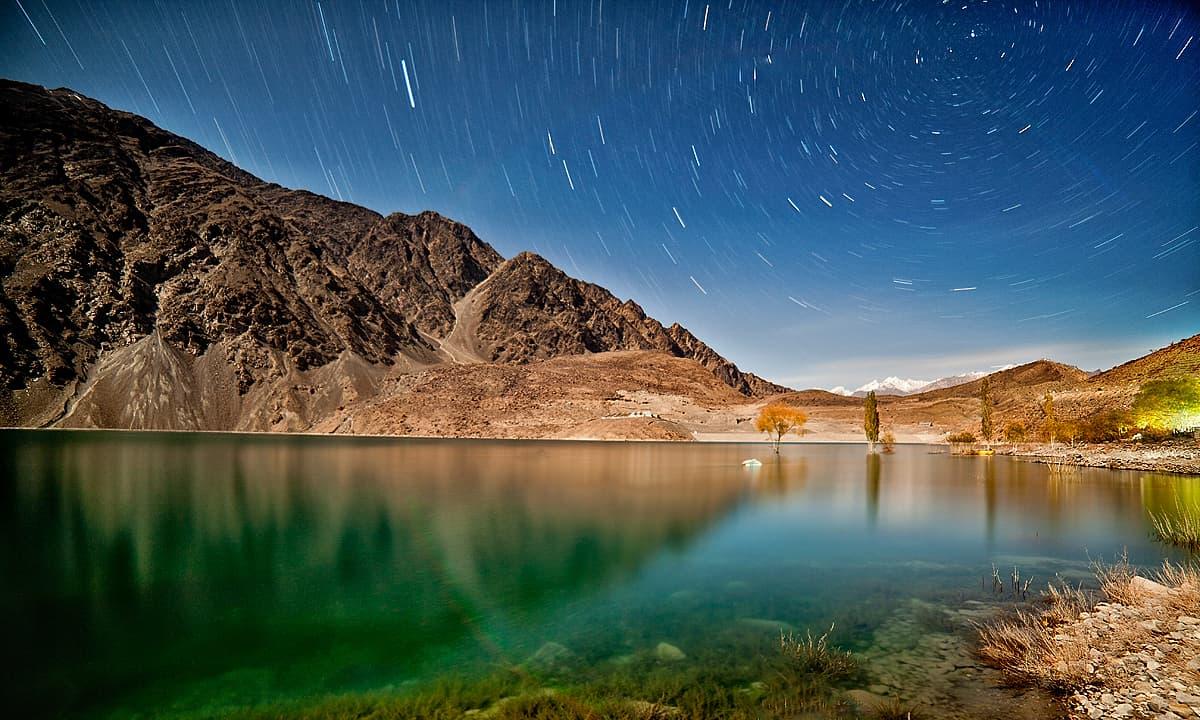 سدپارہ جھیل، اور ستاروں سے بھرا آسمان — فوٹو سید مہدی بخاری