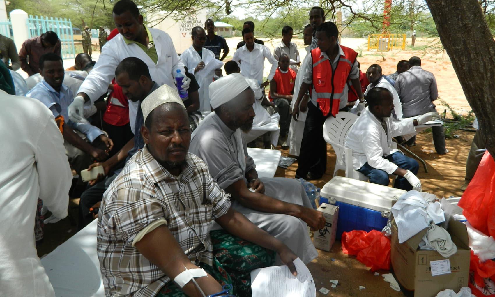 Местные жители сдают кровь в больнице Garissa.  -ap