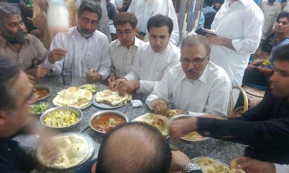 Dr Alvi having Nihari.- Twitter