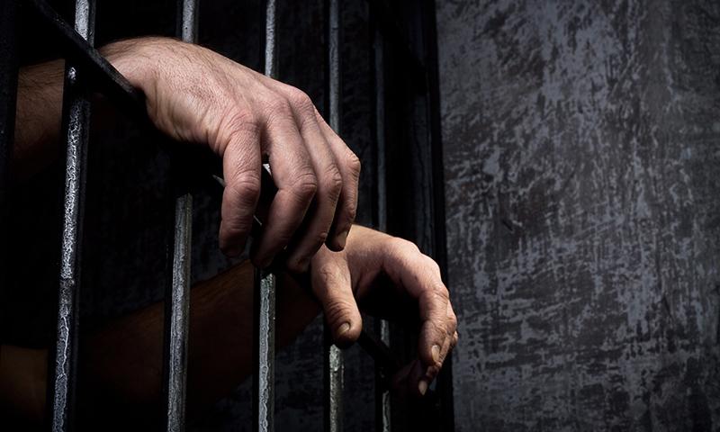 وزارتِ خارجہ اور سفارتخانوں کی بے حسی کی وجہ سے کئی ملکوں میں پاکستانی شہری جانوروں جیسی قید کاٹ رہے ہیں۔ — اے ایف پی/فائل