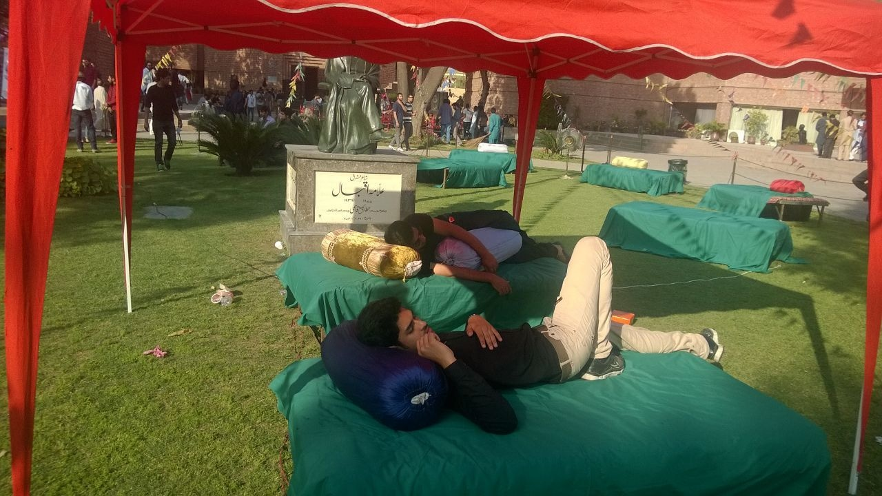 Attendees could lounge on takhts between sessions.