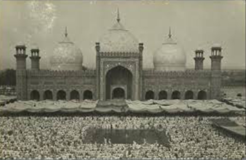 Thousands attend Eid prayers at Lahore's Badshahi Mosque in 1967.