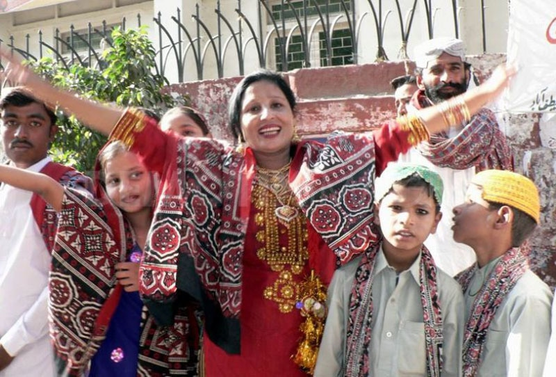 A Sindhi family in traditional Sindhi dress.